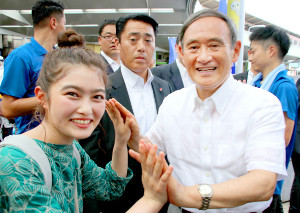 昨年8月、埼玉県知事選の応援演説に駆けつけた菅義偉首相と井上咲楽