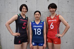今季の新ユニホームを披露した久光スプリングスの(左から)井上愛里沙、戸江真奈、石井優希(久光スプリングス提供)