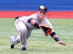 1回無死、梶谷隆幸の右飛の打球を好捕するパーラ(カメラ・中島 傑)