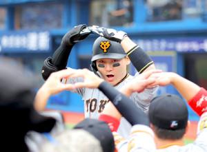 4回無死一塁、右越え2ラン本塁打を放ちマルポーズを丸佳浩(カメラ・中島 傑)