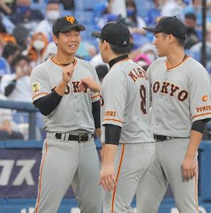 笑顔でナインを迎える今季初勝利の畠(左)