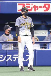 選手交代を告げる阪神・矢野監督