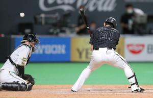 9回2死一、二塁、打者・菅野(右)の時、捕手・清水優心(左)は投球をはじく。この後、一塁へ悪送球