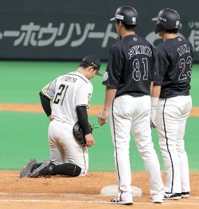 9回2死一、二塁、捕手・清水優心から一塁への悪送球で同点となり、座り込む清宮幸太郎(左)