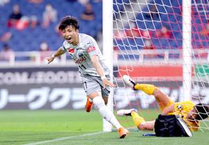 後半5分、ゴールを決めて歓喜する川崎・小林悠(右は浦和GK西川周作)