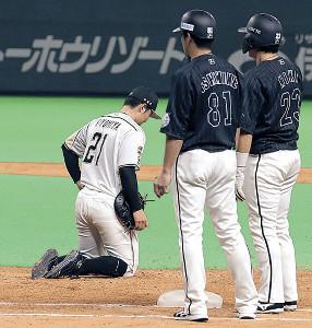 9回、捕手・清水の一塁悪送球を取れず座り込む清宮(左)