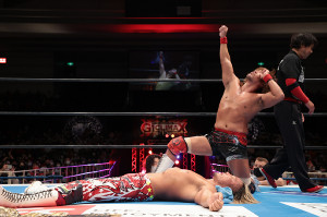 G1初戦で棚橋弘至を下し、リング上でポーズを決める内藤哲也(新日本プロレス提供)