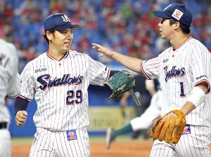 9勝目を挙げた小川泰弘(左)。右は山田哲人