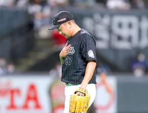 10回2死満塁、渡辺を二ゴロに打ち取り移籍後初セーブを挙げ胸をなでおろす沢村(カメラ・越川 亘)