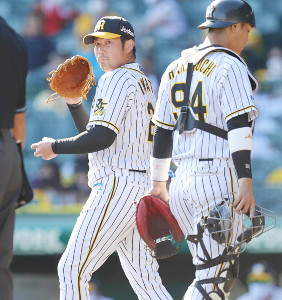 5回、勝ち越しの中前適時打を許した阪神・岩田(左、捕手・原口)