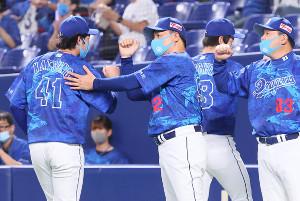 勝利投手の勝野昌慶 (左・41)らナインを出迎える与田剛監督。右は伊東勤ヘッドコーチ