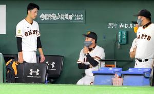 5回1死一、二塁で降板した直江(左)を呼び寄せ声をかける原監督