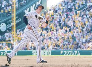 6回1死、同点本塁打を放ったボーア(左)は、ファンの入ったアルプススタンドを背にポーズを決める(カメラ・岩崎 龍一)