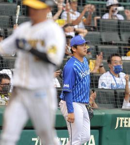 6回1死一、二塁、糸井嘉男に同点適時打を浴びた山崎康晃