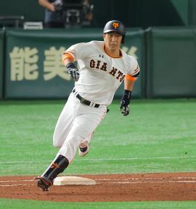 6回1死、左中間へ二塁打を放つ中島宏之(カメラ・竜田 卓)