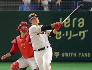 5回2死三塁、逆転となる左越え2ラン本塁打を放つ岡本和真(カメラ・竜田 卓)