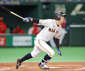 3回2死一、二塁、先制の適時二塁打を放つ松原聖弥(カメラ・中島 傑)