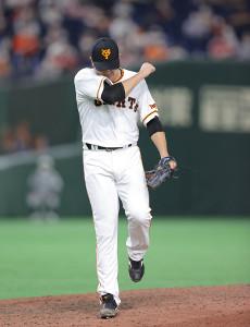 8回2死一塁、菊池涼介から見逃し三振を奪いガッツポーズをする菅野智之(カメラ・中島 傑)