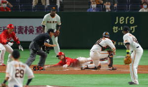 9回1死一塁、松山竜平の同点となる左前適時打で生還する代走・曽根海成(投手・デラロサ、捕手・大城卓三)(カメラ・竜田 卓)