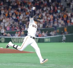 9回2死三塁、サヨナラ打を放ちガッツポーズをする吉川尚輝(カメラ・中島 傑)