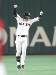 9回2死三塁、サヨナラの右前適時打を放ち、ジャンプして喜ぶ吉川尚輝