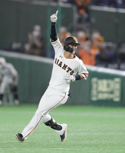 9回2死三塁、サヨナラの右前適時打を放ち喜ぶ吉川尚輝(カメラ・関口 俊明)