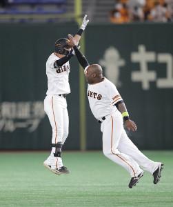 9回2死三塁、サヨナラの右前適時打を放ち、ジャンプして喜ぶ吉川尚輝。右はウィーラー(カメラ・関口 俊明)