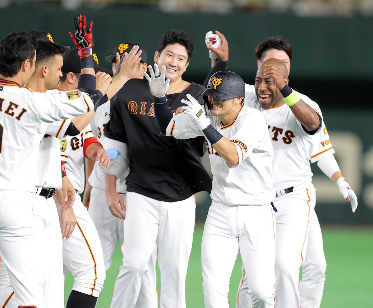 9回2死三塁、サヨナラ打を放ち菅野らから手荒い祝福を受ける吉川尚(カメラ・中島 傑)