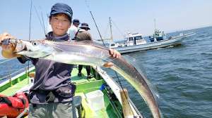 大型タチウオを釣り上げた櫻井さん