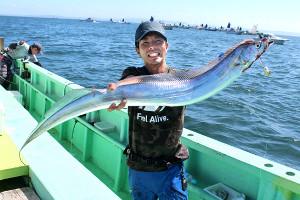 132センチの超大型タチウオを釣った高槻さん(弁天屋で)