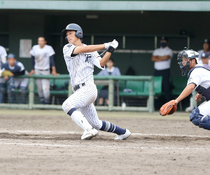 9回1死一塁、左翼に勝ち越し二塁打を放つ常葉大菊川・広瀬
