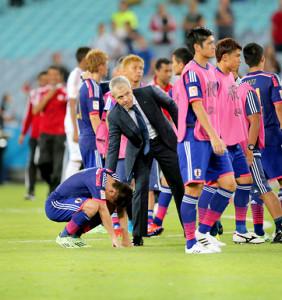 アジア杯日本・UAE。PKに失敗した日本代表・香川真司(左)を慰めるハビエル・アギーレ監督