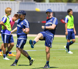 イレブンの消極的なプレーに、大きく足を蹴り上げて指導する日本代表のハビエル・アギーレ監督