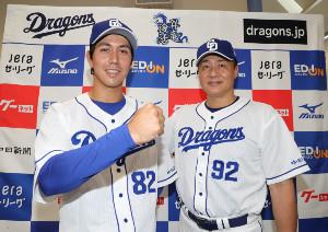 支配下登録選手となり、与田剛監督(右)と共に写真におさまるマルク