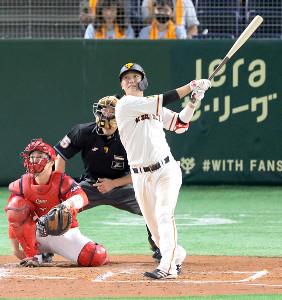 3回無死、坂本勇人が右翼席へソロ本塁打を放つ