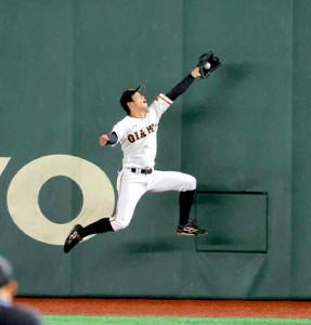 1回無死、田中広輔の右飛の打球を好捕する松原聖弥(カメラ・中島 傑)