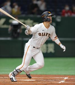 2回無死一、二塁、右へ先制の適時二塁打を放つ大城卓三(カメラ・中島 傑)
