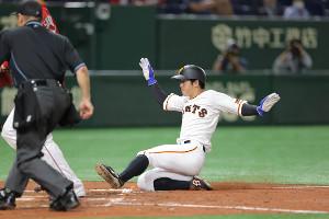 4回2死三塁、島内颯太郎の暴投の間に三塁から生還する松原聖弥(カメラ・中島 傑)