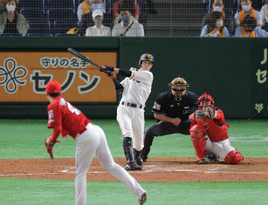 5回2死、若林晃弘が右中間二塁打を放つ(カメラ・生澤 英里香)