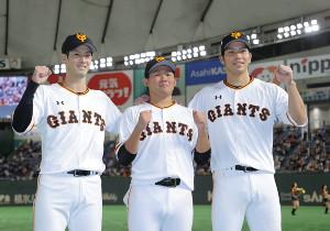 ガッツポーズをする(左から)若林晃弘、田口麗斗、大城卓三(カメラ・中島 傑)