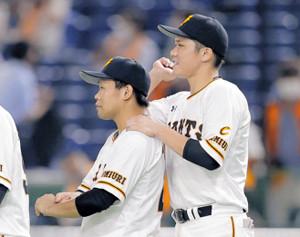 完投を逃し、坂本(右)から肩をもまれねぎらわれる田口(カメラ・橋口 真)