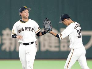 広島に勝利し立岡(右)とグラブタッチをするウレーニャ
