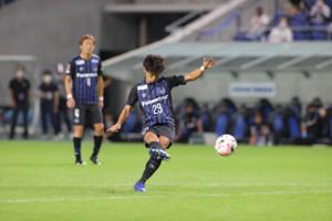 後半8分、FKを決めるG大阪・山本悠樹