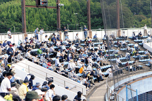 石巻市民球場で、一定の距離を取りながら試合を見る観客たち