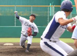 リーグ通算20勝を達成した大阪学院大の打田雷樹(左)