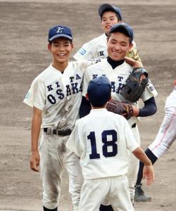 完投勝利を挙げ、ナインに祝福される北大阪・須田(中央)
