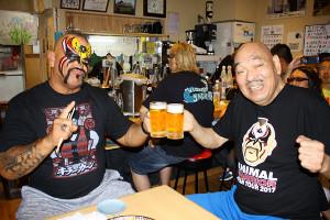 Tシャツを交換し30年ぶり再会をビールで祝ったアニマル・ウォリアー(左)とキラー・カンさん(2017年10月11日撮影)