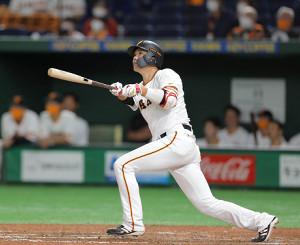 8回1死二塁、左へ適時二塁打を放つ坂本勇人