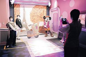 東京ディズニーランドの新エリアのキャラクターグリーティング施設「ミニーのスタイルスタジオ」ではソーシャルディスタンスを保って写真撮影などが行われる