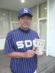 シダックス時代に野村さんの後任監督も務めた昭和第一学園の田中善則監督。ミーティングでは「ノムラの考え」をナインに注入している